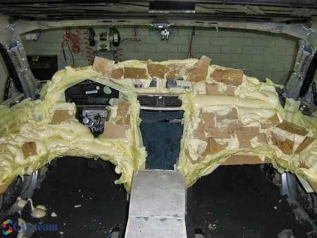 توزيع الرغوة على الهيئة الأمامية في غرفة السيارة يستخدام الكرتون واللاصق