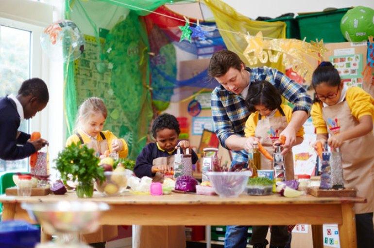 Jamie Oliver cocinando con niños en un colegio