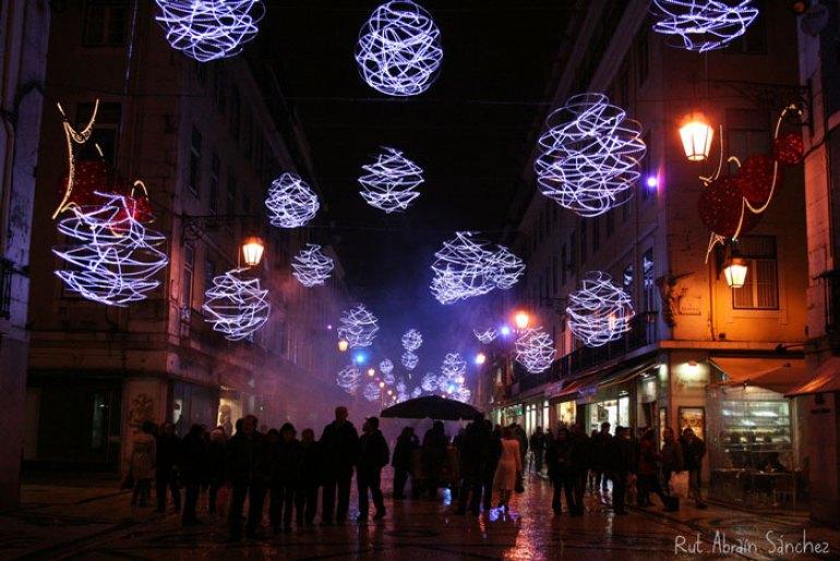 Fotografia de una calle de Lisboa durante unas Navidades