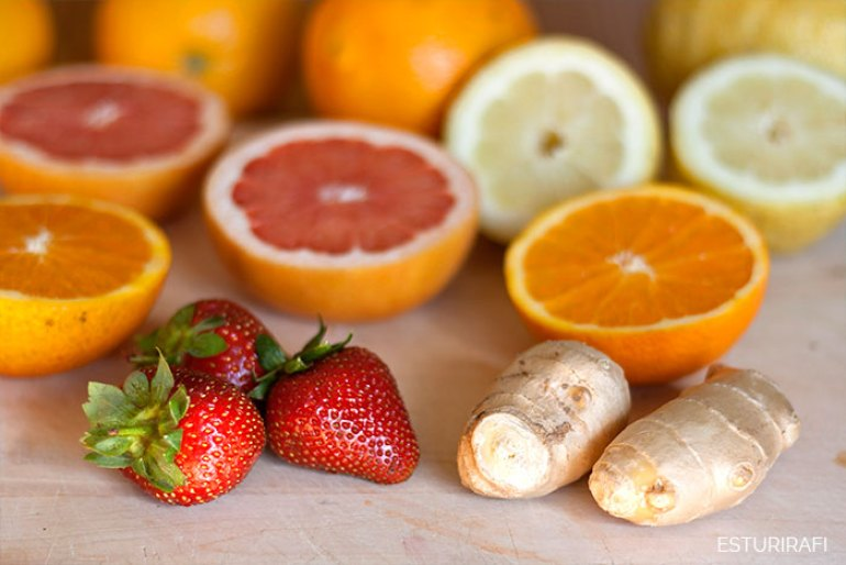 Batido de frutas de temporada, primavera, mayo, receta contra la astenia primaveral, batido de frutas, naranja, fresas, pomelo, limón, jengibre.
