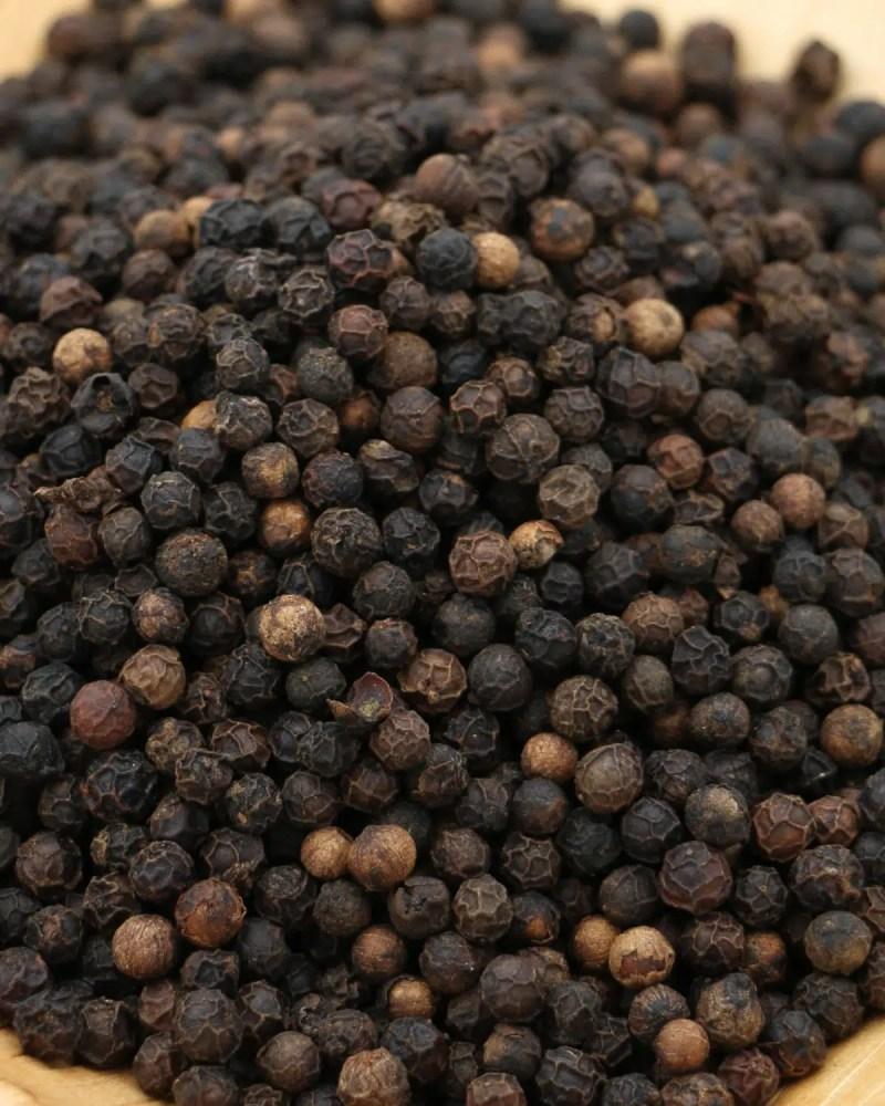 gros plan graines poivre sarawak noir