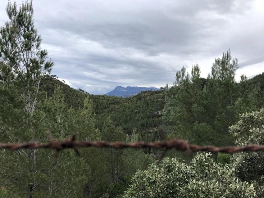 Stacheldraht, im Hintergrund Berge