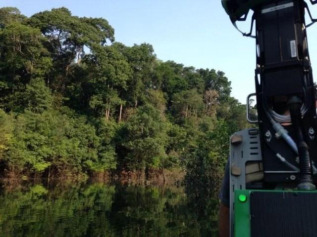 Trekker-on-boat-in-Amazon1-640x480