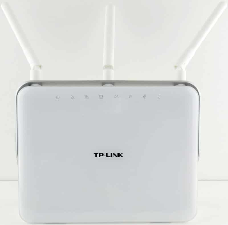 TP-Link_ArcherC9-Photo-front-with-antennas