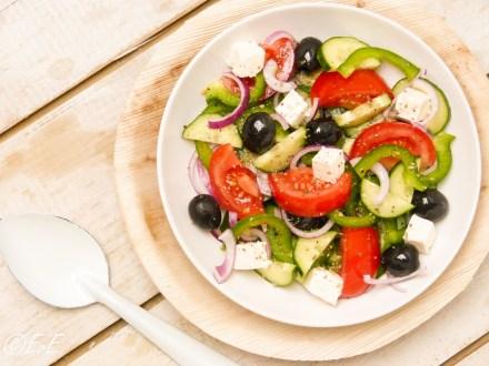 griekse salade met paprika, tomaat, komkommer, olijven, paprika, rode ui, feta