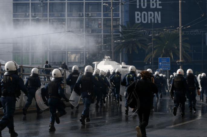 Politico: Αυξάνεται η αστυνομική βία εν μέσω lockdown στην Ελλάδα