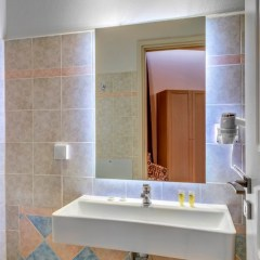 Μπάνιο deluxe δίκλινου δωματίου.