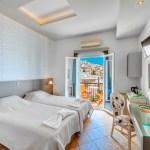 Δίκλινο δωμάτιο με μπαλκόνι πανοραμική θέα στην Ερμούπολη