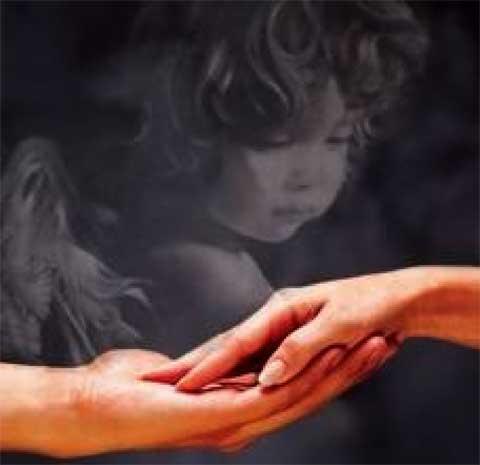 mani che si sfiorano