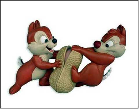 scoiattoli si contendono un'arachide