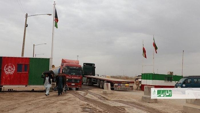 صنعتگران هرات مدعیاند که کالاهای مشابه با تولیدات شهرک صنعتی، با فرار محصول گمرکی از ایران وارد شود و این کالاها بهخاطر اینکه با تومان برخلاف دالر خریداری شده، ارزانتر از تولیدات داخلی است.