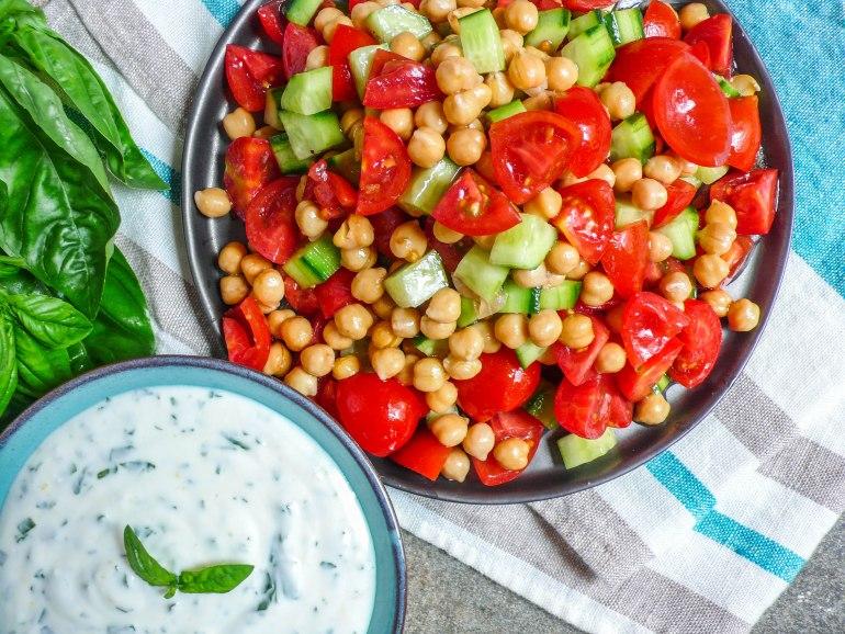 Kikertsalat med sitron- og basilikumyoghurt - oppskrift / Et kjøkken i Istanbul