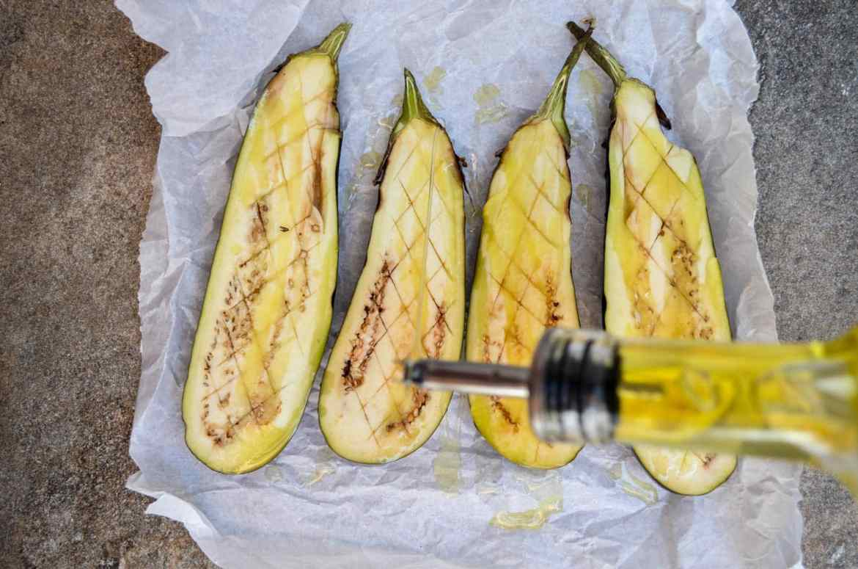 Aubergine med grønn tahinisaus - oppskrift / Et kjøkken i Istanbul