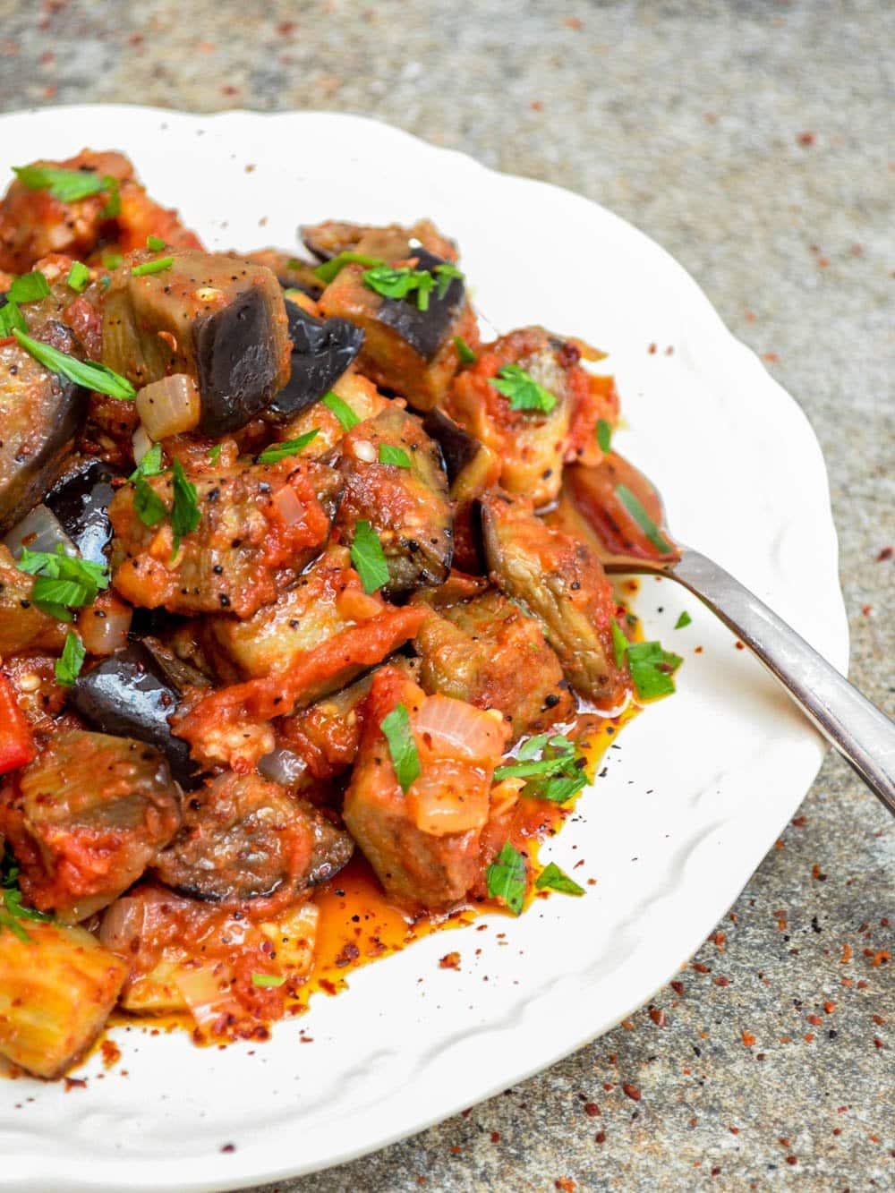 Aubergine i tomatsaus - oppskrift / Et kjøkken i Istanbul