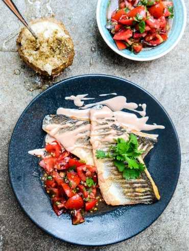 Hvit fisk med tomatsalsa og tahinisaus - oppskrift / Et kjøkken i Istanbul