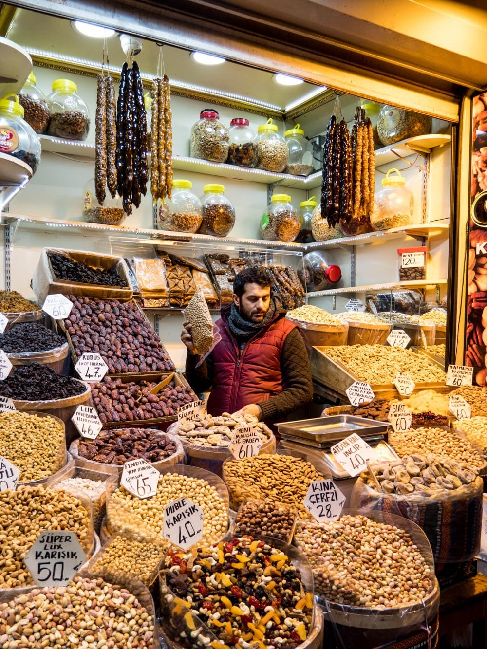 Nøtteselger ved inngangen til kryddermarkedet i Istanbul (Misir carsisi) / Et kjøkken i Istanbul