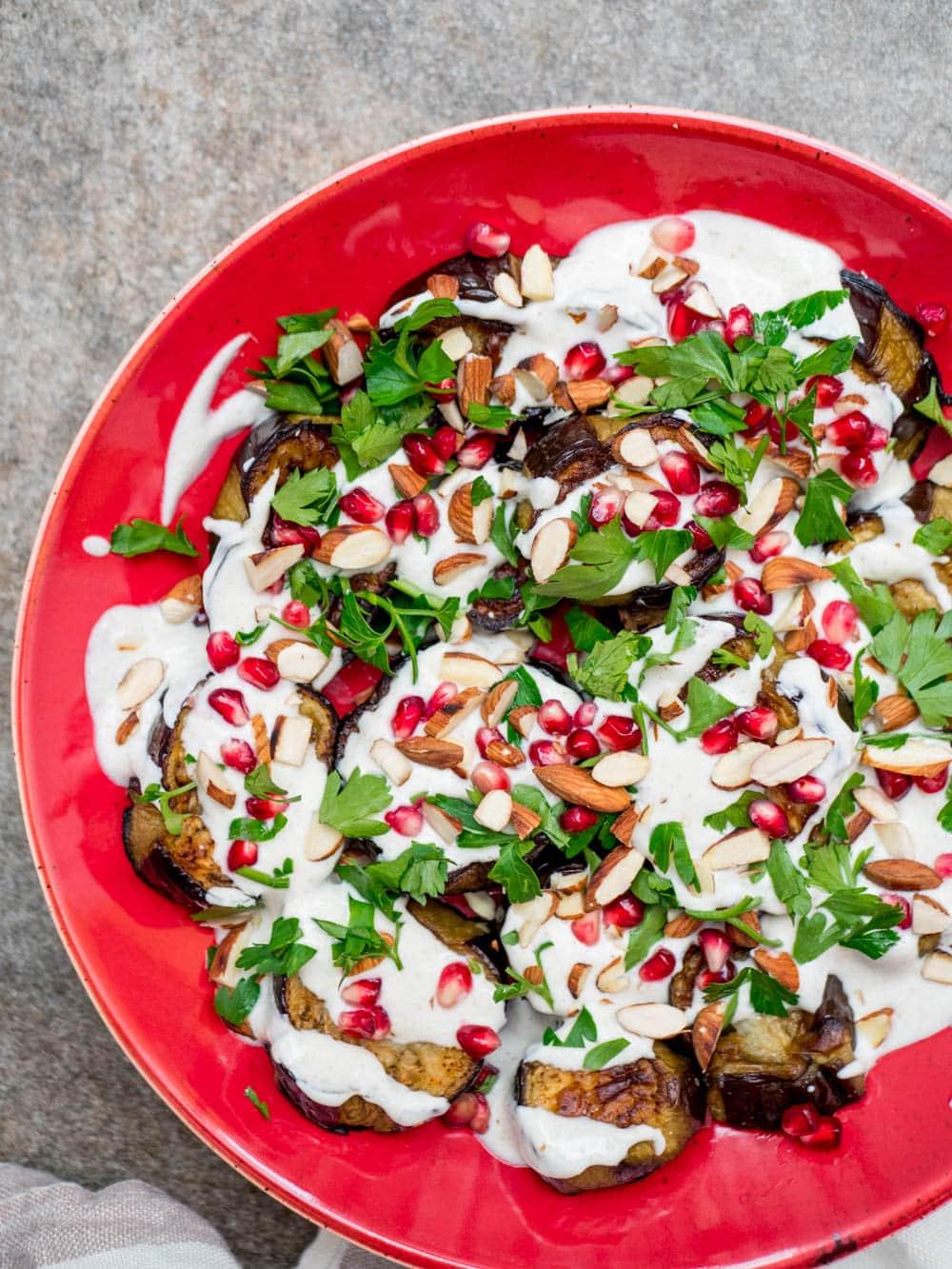 Aubergine med spisskummenyoghurt - oppskrift / Et kjøkken i Istanbul