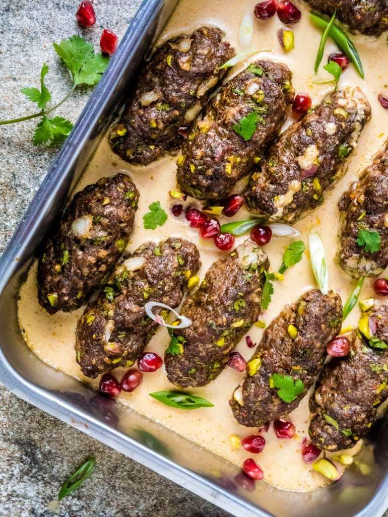 Köfte (kjøttboller) med pistasjnøtter og tahinisaus (kofta b'siniyah) - oppskrift / Et kjøkken i Istanbul
