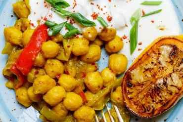 Krydrede kikerter med hvitløksyoghurt - oppskrift / Et kjøkken i Istanbul