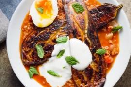 Kjøttdeiggryte med aubergine og hvitløksyoghurt - oppskrift / Et kjøkken i Istanbul