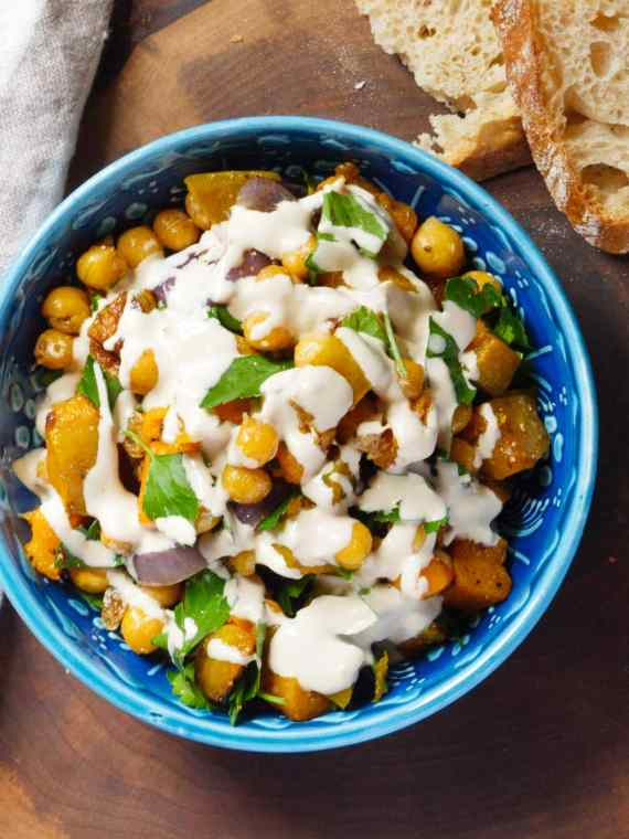Stekte kikerter med gresskar og tahinisaus - oppskrift / Et kjøkken i Istanbul