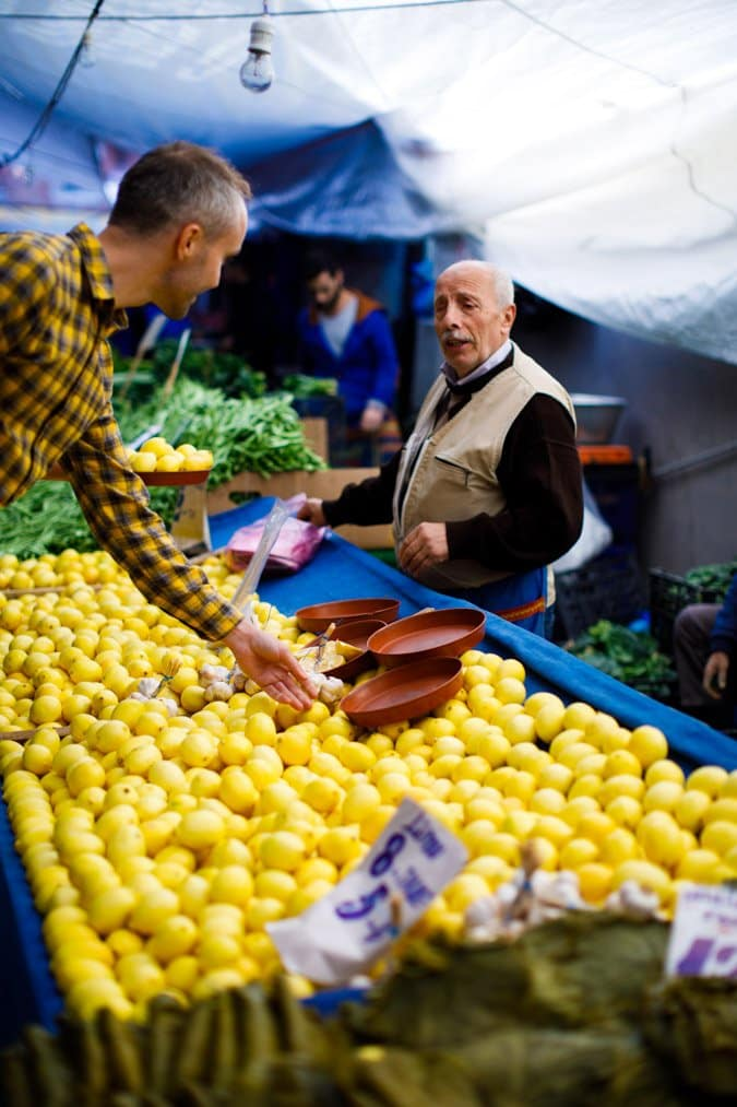 Sitronselger ved marked i Istanbul fra «Hummus og granateple» av Vidar Bergum