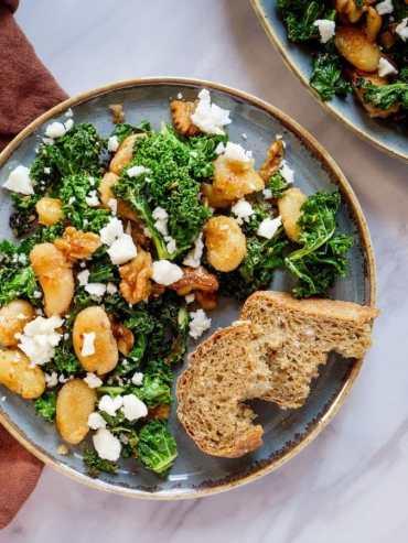 Sprøstekte smørbønner med grønnkål og fetaost - oppskrift / Et kjøkken i Istanbul