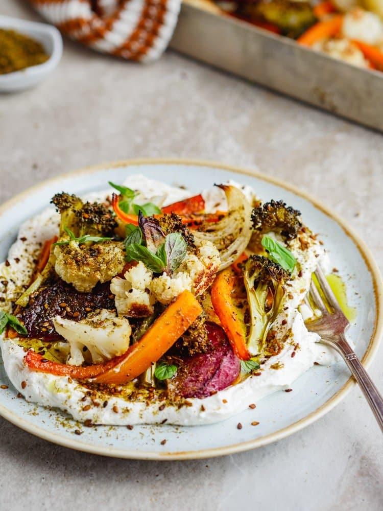 Ovnsbakte grønnsaker med labneh og za'atar – oppskrift fra Et kjøkken i Istanbul