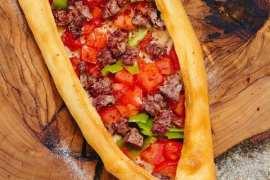 Tyrkisk «pizza»: Pide med biffstrimler, oppskrift fra Et kjøkken i Istanbul