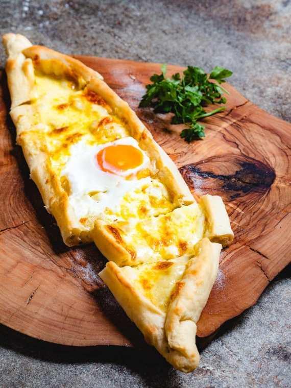 Pide med ost og egg (Tyrkisk «pizza» med ost og egg) - oppskrift fra Et kjøkken i Istanbul