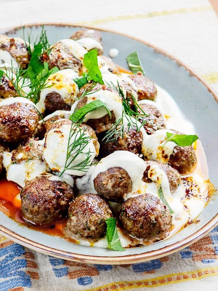 Ovnsbakte kjøttboller med varm yoghurtsaus og chilismør - oppskrift fra Et kjøkken i Istanbul