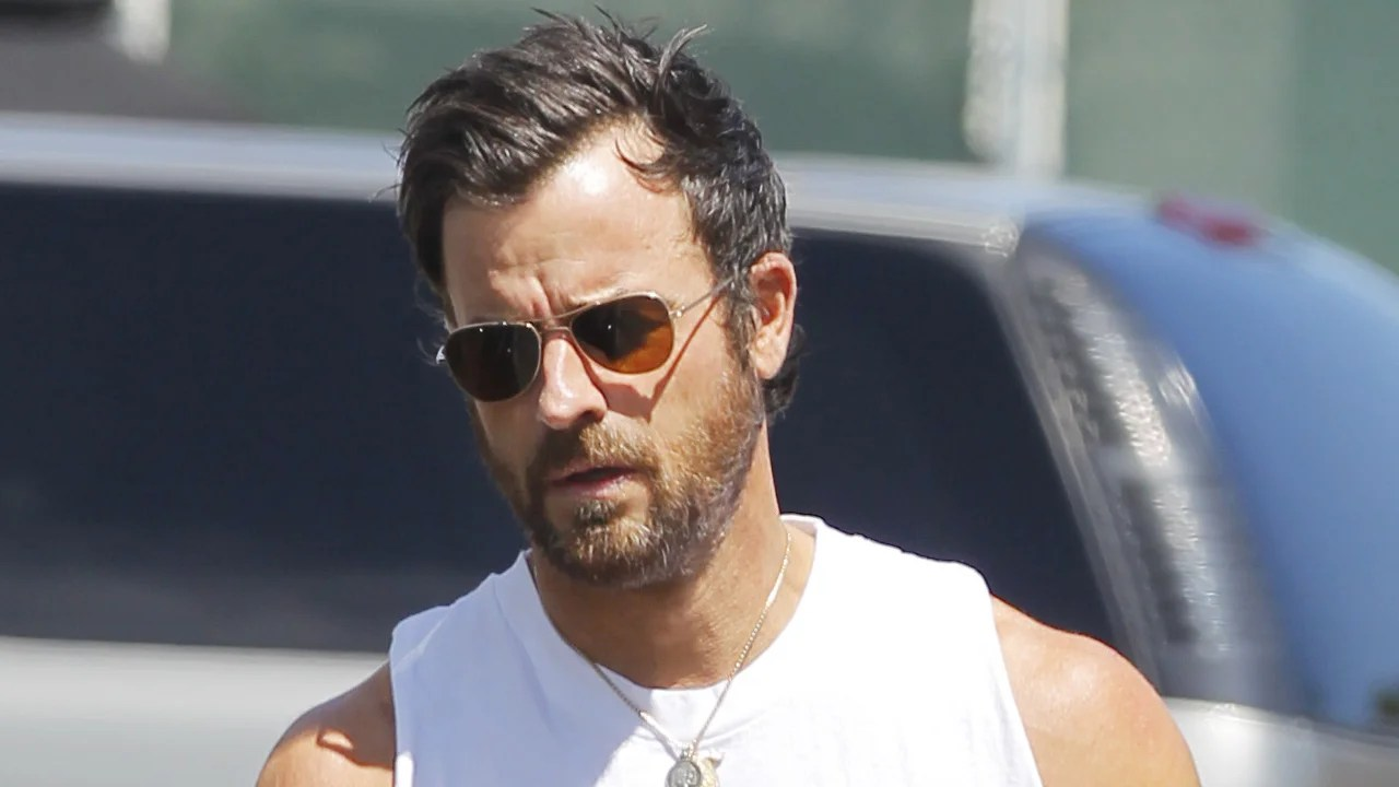 Justin Theroux Flaunts Seriously Epic Arms In A White Tank