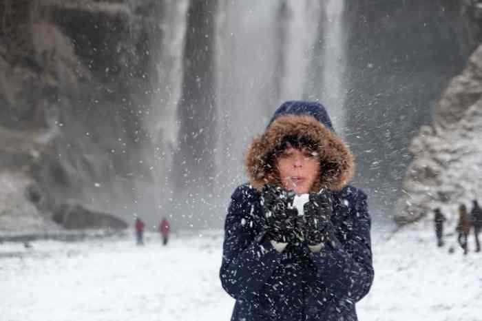 Islande en hiver La cascade Skógafoss ©Etpourtantelletourne.fr