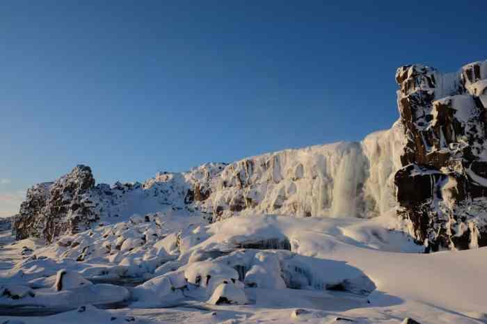 Islande en hiver la cascade Öxarárfoss sous la neige ©Etpourtantelletourne.fr