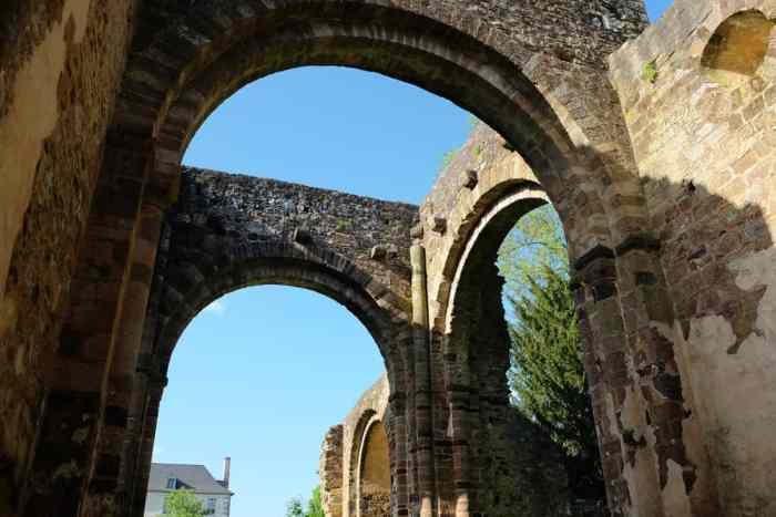 Ruines Abbaye Rennes ©Etpourtantelletourne.fr