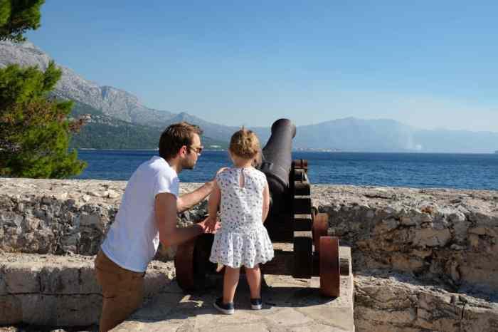 Visite de la vieille ville Korcula en famille : canons le long des remparts ©Etpourtantelletourne.fr