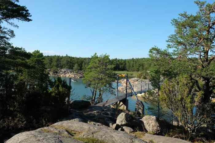 Passerelle dans la réserve naturelle de Stendörrens  en Suède // ©etpourtantelletourne.fr