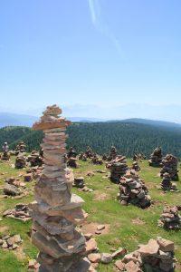 stoanerne mandln steinerne mandlen uomini di pietra meltina sarentino con vista dolomiti