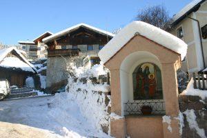 inverno crocifisso con la neve villaggio storico di meltina alto adige
