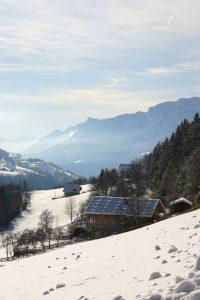 meltina paesaggio invernale alto adige con tetto di scandole spaccate inevate