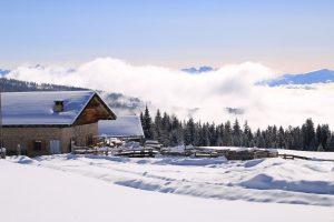 möltner kaser di meltina nella neve paesaggio invernale alto adige