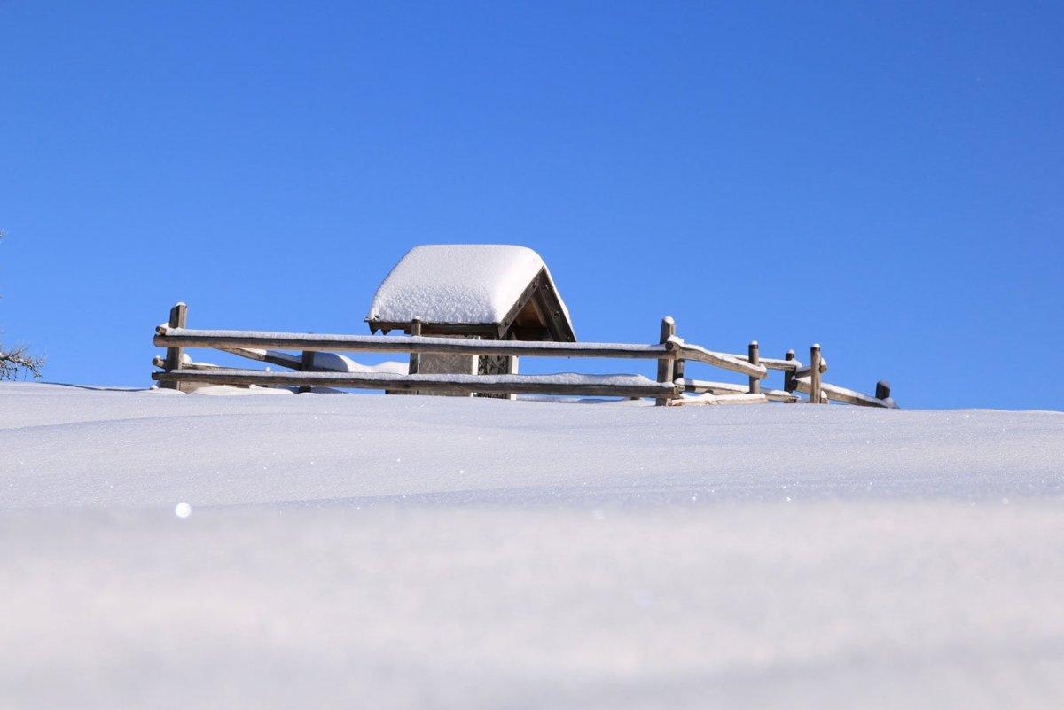 winterlandschaft in mölten mit bildstöckl auf alm mit schnee