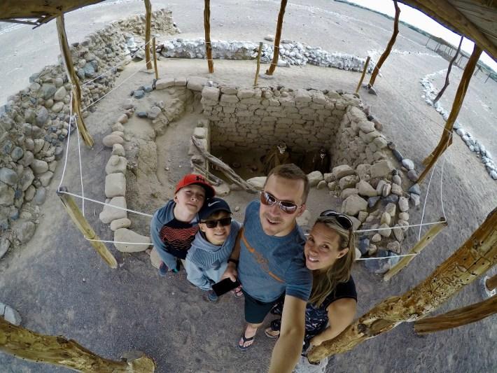Nazca - La famille devant un des tombeaux