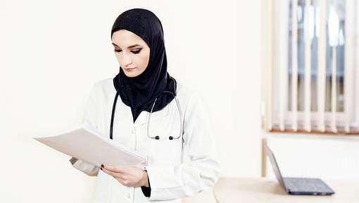La CEDH valide l'interdiction du voile à l'hôpital. Le principe de laïcité à la française conforté, le droit des Etats à gérer  le fait religieux reconnu.