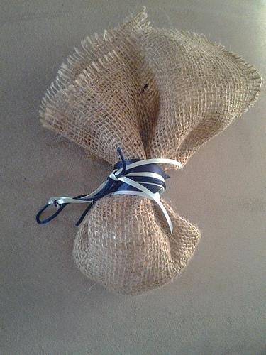 Μπομπονιέρα με Λινάτσα, δεμένη με διπλό κορδόνι μπλε ρουά και βεραμάν