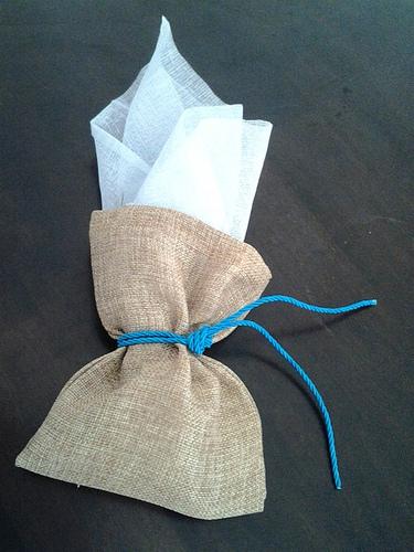 Μπομπονιέρα Πουγκί Λινάτσα, δεμένη με γάζα ή τούλι και μπλε κορδόνι