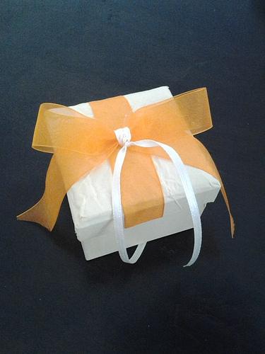 Μπομπονιέρα Κουτάκι, χάρτινη υφή, δεμένη με οργάντζα κορδέλα και σατέν κορδόνι