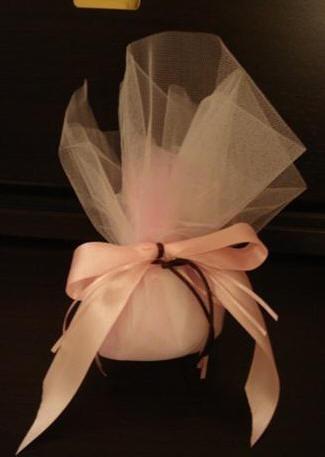Μπομπονιέρα με ροζ Οργάντζα και Γαλλικό Τούλι, δεμένη με Σατέν Κορδέλα και Σατέν Κορδόνι, 5 κουφέτα.