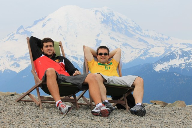Renan e o Gordo em Crystal Mountain ... com o Mount Rainier ao fundo