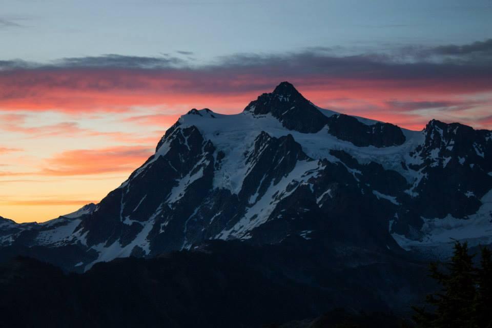Estávamos cercados de montanhas. Este é o Mount Shuksan no amanhecer